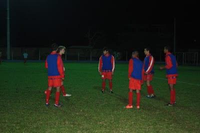 Jogadores treinam antes de partida