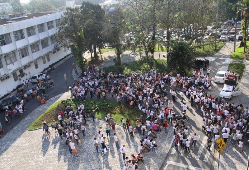 Grevistas na Praça Victor Konder (Foto: Fabrício Wolff)