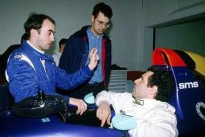 David Brabham, Ratzenberger e Nick Wirth (em pé), sugestões para o inacertável carro (F1 Nostalgia)