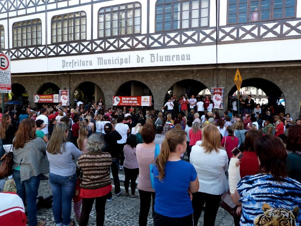 Servidores reunidos em frente a prefeitura (Sintraseb)