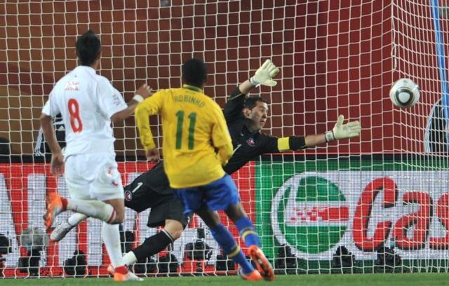 Robinho anota nos 3 a 0 contra o Chile, em 2010 (RBS)