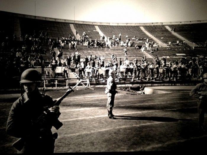 Exercito chileno cerca os presos políticos no Estadio Nacional, em Santiago (Vox Populi)