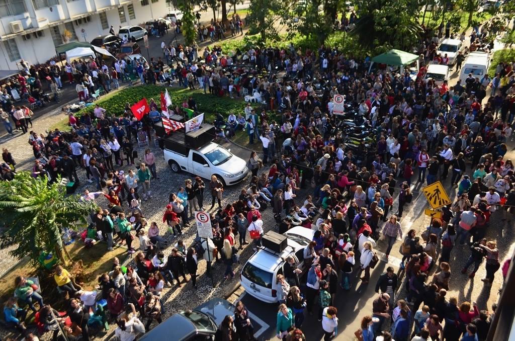 Servidores reunidos no último dia de greve, a segunda-feira (30) (Sintraseb)