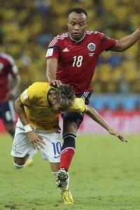 Juan Zúñiga da uma joelhada duvidosa em Neymar (Mauricio Dueñas/Efe)