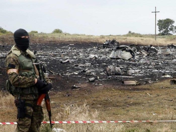 """Rebelde """"guarda"""" os destroços do voo MH17 da Malaysia Airlines. 295 passageiros são vitimas do maior acidente por abatimento de aeronave civil da história (Business Insider)"""