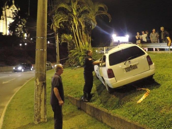 Motorista subiu no canteiro central próximo a rua das Palmeiras (Jadir de Amorim)