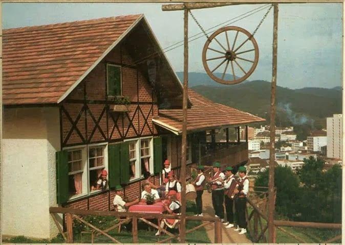 Novo em folha, no início dos anos 70. Além da vista e da boa comida, restaurante carregada a honra de ocupar o último espólio do fundador da cidade (Antigamente em Blumenau)