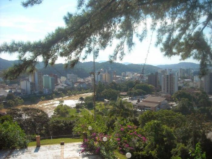 Um panorama da cidade vista do restaurante. Mirante do Morro do Aipim é um dos mais belo da cidade (Blog do Jaime)