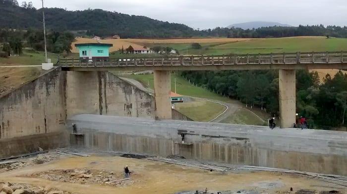 Sobre-elevação da barragem sul (Defesa Civil SC/Divulgação)