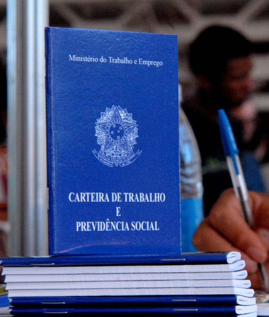 Carteira de Trabalho, obrigação prevista nas CLT desde 1934. Obra de Vargas (Wikipedia)