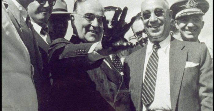 """A mão preta de petróleo mostrada por Vargas denotava o fim da procura do """"ouro negro"""" e o início da Petrobrás (Wikipedia)"""