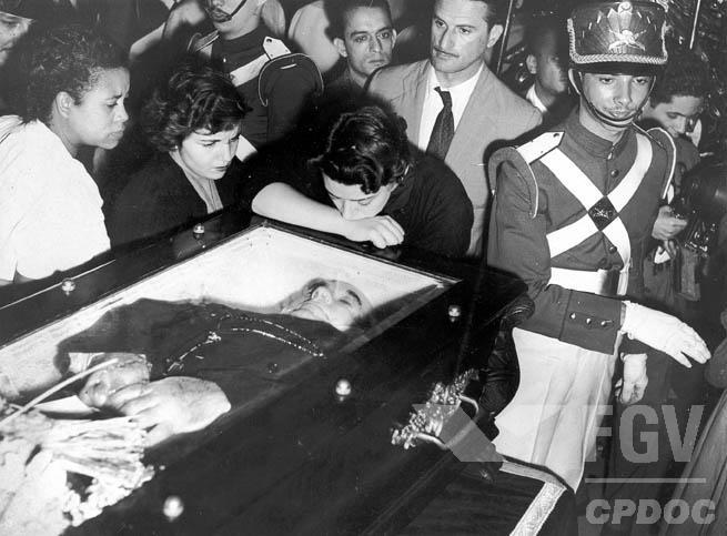 Preferia Vargas, entre a renúncia e a licença, sair do Catete morto. Foi o que fez na manhã de 24 de agosto (Wikipedia)