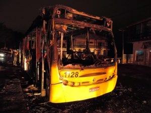 Ônibus foi queimado no Salto Norte (Jaime Batista)