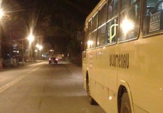 Ônibus apedrejado na Rua Pedro Krauss Senior (Arno Schaffer)
