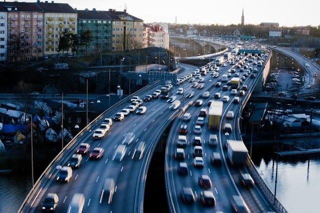 Suécia nos dias atuais. Transito que priorize a segurança é o segredo da excelência (Flatout)