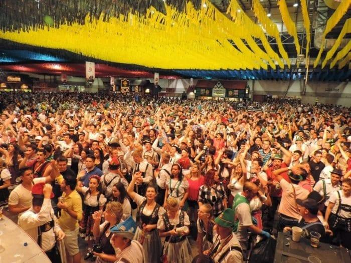 Oktoberfest reúne 57 mil pessoas no sábado (Jaime Batista)