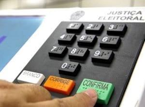 A participação nas eleições é facultativa apenas para analfabetos, pessoas com idade entre 16 e 18 anos ou mais de 70 anos