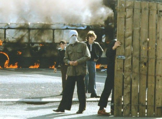"""Depois do Domingo Sangrento, o aumento dos confrontos chegou a ser considerado uma espécie de """"guerra civil"""" (Abril)"""