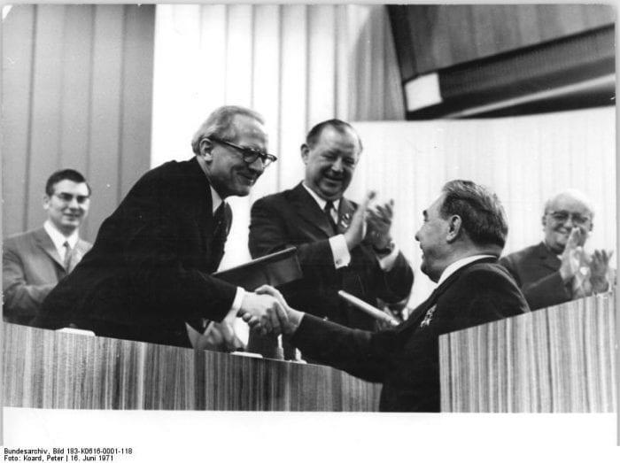 Eric Honecker (de óculos) cumprimenta Leonid Brejnev, lider soviético, uma aliança que trouxe certa prosperidade, temor e vigilancia na Alemanha Oriental (Arquivos Federais da Alemanha)