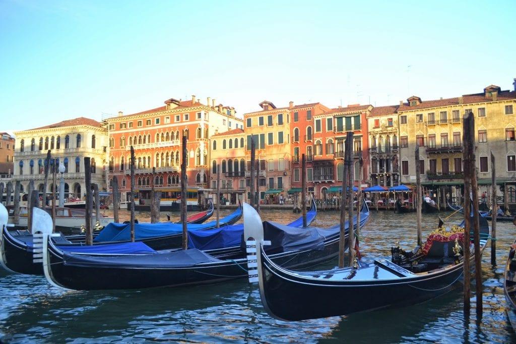 Veneza, a cidade sobre as águas. Ocupação humana de um tempo que não se sabia sobre os efeitos da poluição urbana ou da necessidade de preservação do meio natural. Os prédios são belos, mas os recursos escassos. (Tiago Tamanini Junior)
