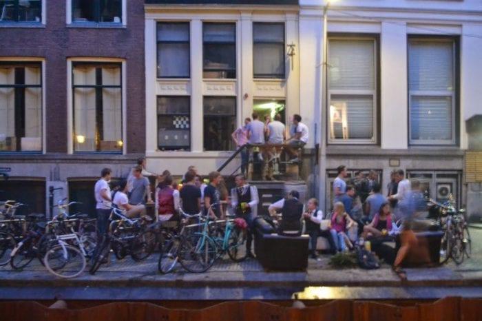 Festa no espaço público, cercados de bicicletas, em Amsterdã (Tiago Tamanini Junior)