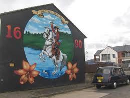 Os murais nos bairros de Derry e Belfast. Opiniões expressam a divergência entre católicos e protestantes. (Estadão)