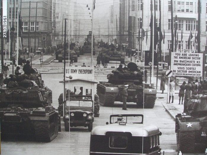 Americanos a frente, soviéticos ao fundo. Um momento extremo de conflito em 1961 que mudou a história do mundo, e da Alemanha (Plano Brazil)