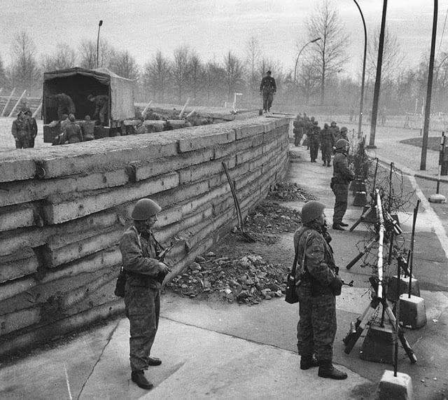 O levantar do muro de Berlim, na região do Portão de Brandenburgo, 1961 (Imago História)