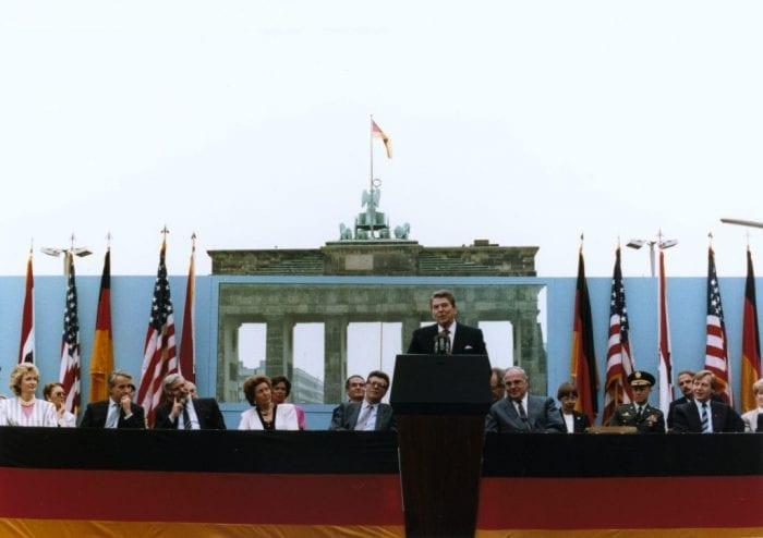 Ronald Regan discursa diante do Portão de Brandenburgo em 1987. Palavras soaram como desafio a Gorbachev (Young American Foundation)