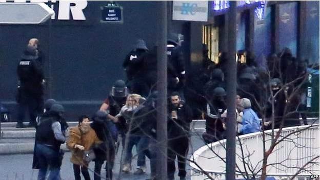 Reféns libertados do mercado judeu na Avenida Porte de Vincennes. O segundo alvo terrorista desta sexta (AFP)