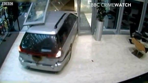 Imagem do arrombamento a sede da Red Bull, em Milton Keynes (ING). Seis homens e 64 troféus roubados (Reprodução/BBC/UOL