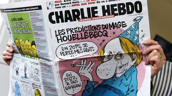 O periódico satírico Charlie Hebdo, assim como qualquer cartunista, tem o lápis como o instrumento de critica e comentário a sociedade atual (Bertrand Guay/AFP)