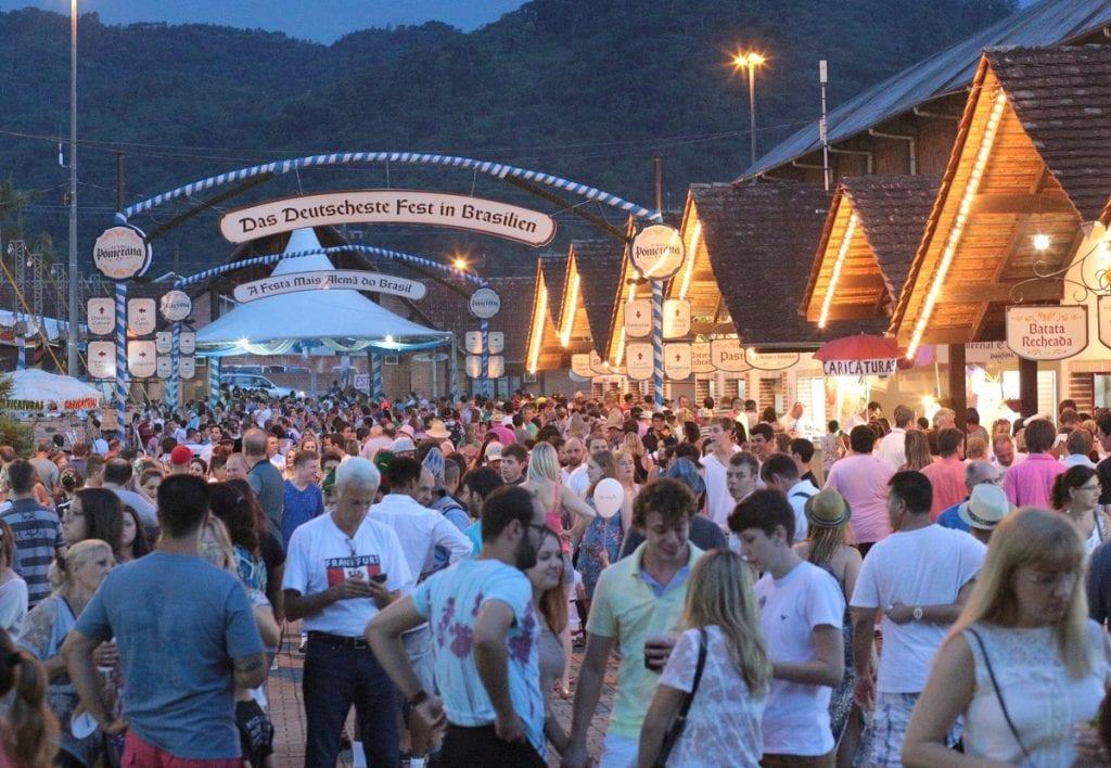 Festa pomerana reúne 11 mil pessoas no primeiro dia (Daniel Zimmermann)