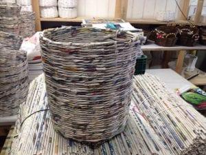 O processo artesanal, usa jornal como matéria prima  (Foto: Patrícia ACEVALI)