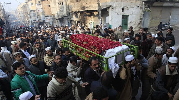 Paquistaneses levam corpo de estudante morta em escola durante o último atentado do Talibã (Reuters)