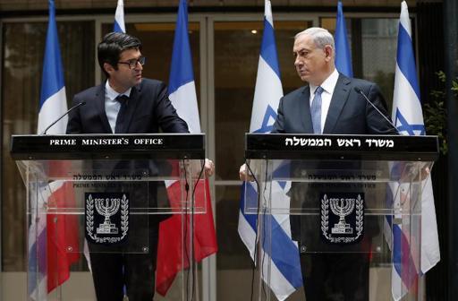 Netanyahu: Junto do embaixador francês Patrick Maisonnave, defende ofensiva contra o extremismo (Thomas Coex/Pool/AFP)