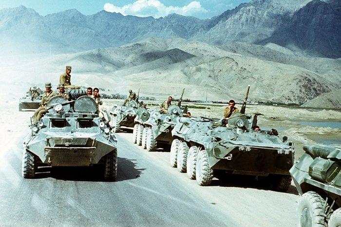 Tropas soviéticas se retiram do Afeganistão, em 1989. Derrocada dos comunistas permitiu a ascensão do Talibã, em 1992 (Mikhail Evstafiev)