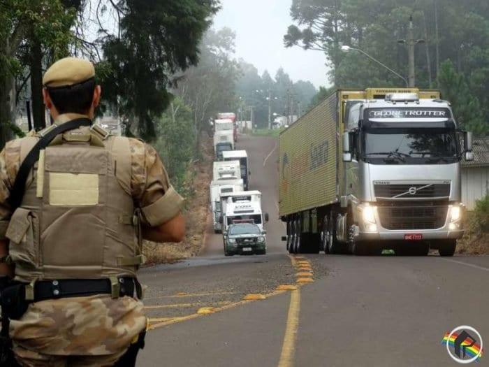 Polícia Militar escolta caminhões da JBS até o Porto de Itajaí, saindo do Oeste (Ederson Abi/Portal Peperi)