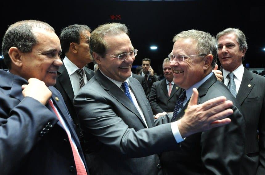 Renan recebe cumprimentos dos senadores Vicentinho Alves, Blairo Maggi e Fernando Collor (Agência Senado)