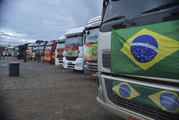 Caminhoneiros durante paralisação em Brasília em 2015 (Valter Campanato/AB)