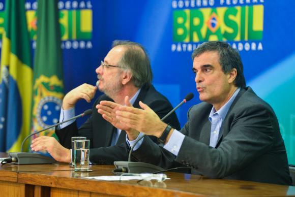 Ao lado de Rossetto, o ministro da Justiça, José Eduardo Cardozo, anuncia envio ao Congresso Nacional  de  pacote  de  medidas  de  combate  à  corrupção      (José Cruz/Agência Brasil)