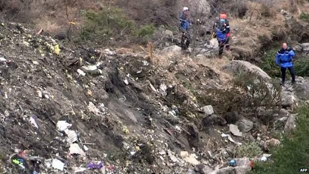 Local da queda, nos alpes franceses. Dificuldade de acesso e terreno complicam operações de regate (AFP)