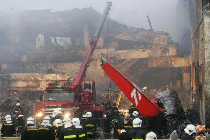 Acidente do TAM 3054 em 2007. A pior tragédia da história da aviação brasileira foi com um A320 (Alex Silva / AE)