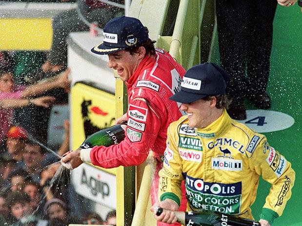 Ayrton Senna e Michael Schumacher no pódio em 1992 (Terra)