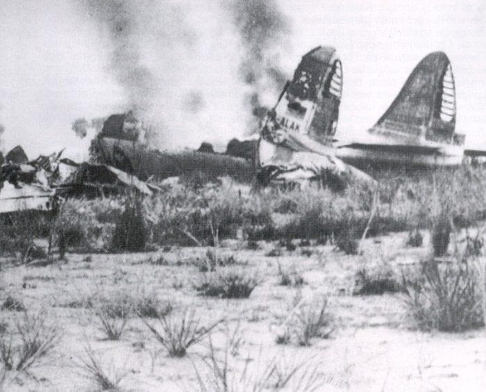 Cauda e destroços do Super Constellation da Lufthansa após o acidente na Baia de Guanabara, em 1959 (baaa-acro.com)