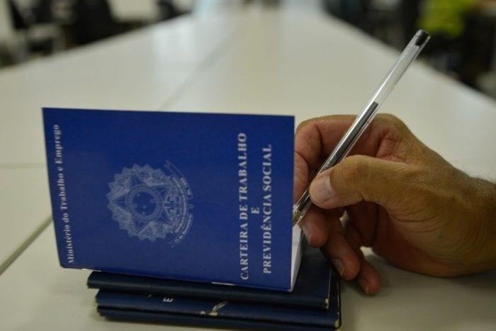 Carteira de trabalho (Agência Brasil)
