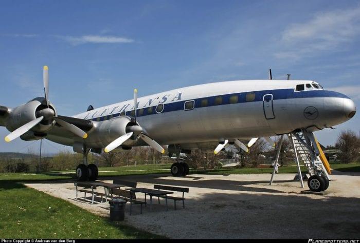 O icônico Lockheed Super Constellation nas cores antigas da Lufthansa. Aeronave idêntica cairia no Rio de Janeiro, em 1959 (planespotters.net)
