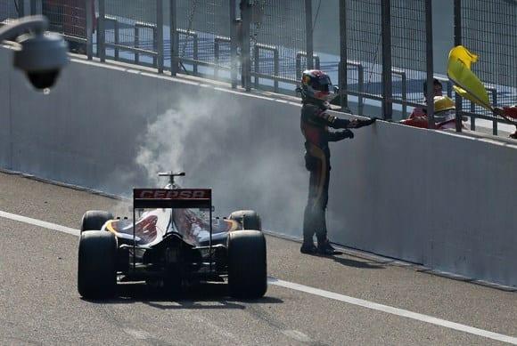 Verstappen para o Toro Rosso na reta de largada de Xangai. Vai começar o show de luta dos comissários chineses contra o carro (AP)