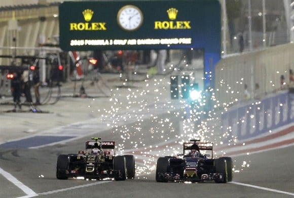 """Maldonado (a esquerda) e Verstappen duelando sob chuva das """"sparks"""". No meio do pelotão, seguiam-se as ultrapassagens (AP)"""
