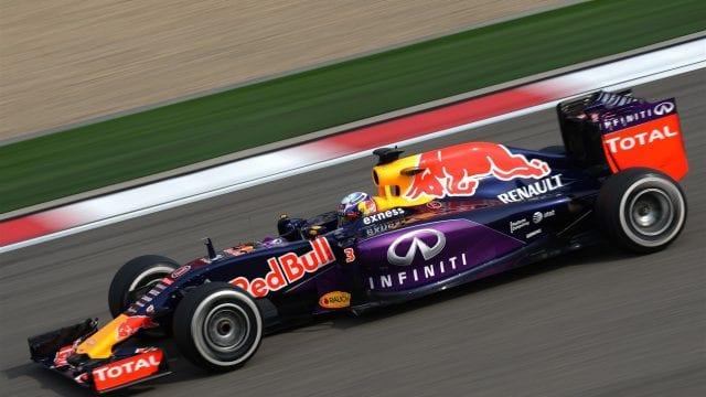 """Calvário da Red Bull faz o time tomar """"pancada"""" da equipe satélite, Toro Rosso, durante a corrida (AP)"""